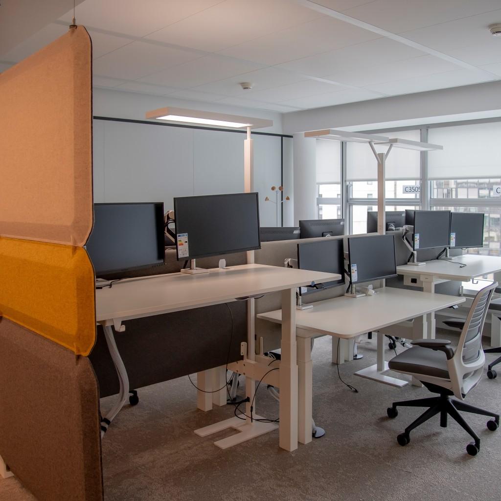 Benchs réglables en hauteur équipés de 2 écrans
